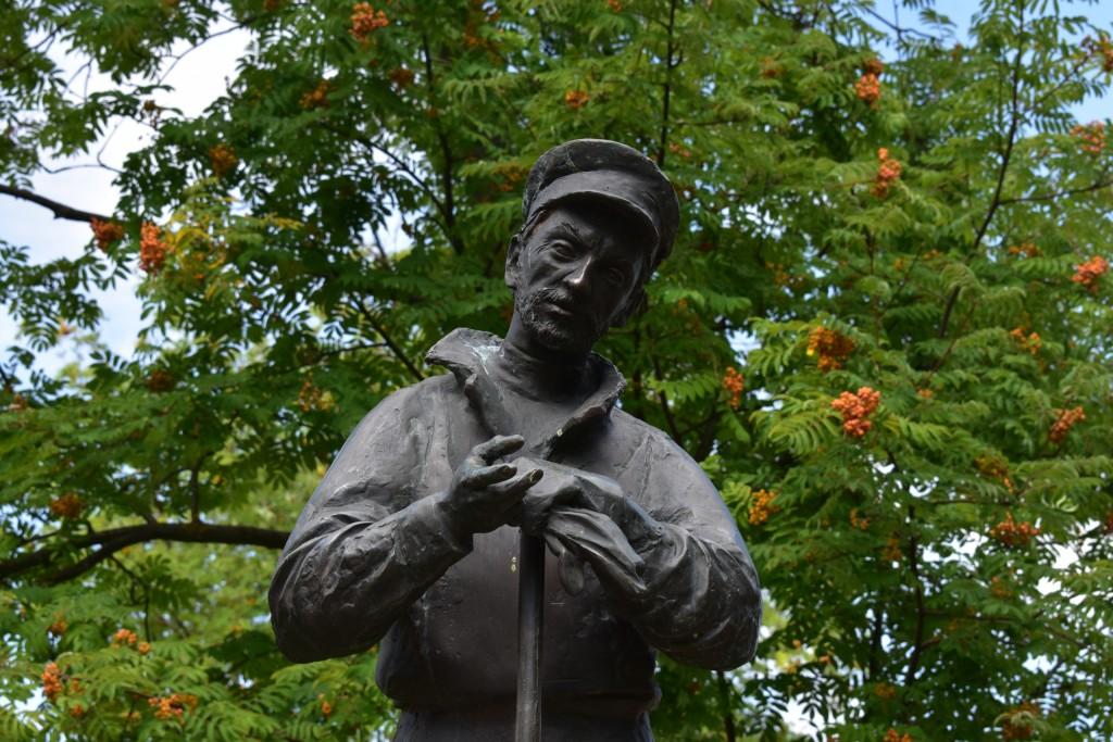 Памятник дворнику во Владимире. Скульпторы А. Пахомов и В. Торопов 01