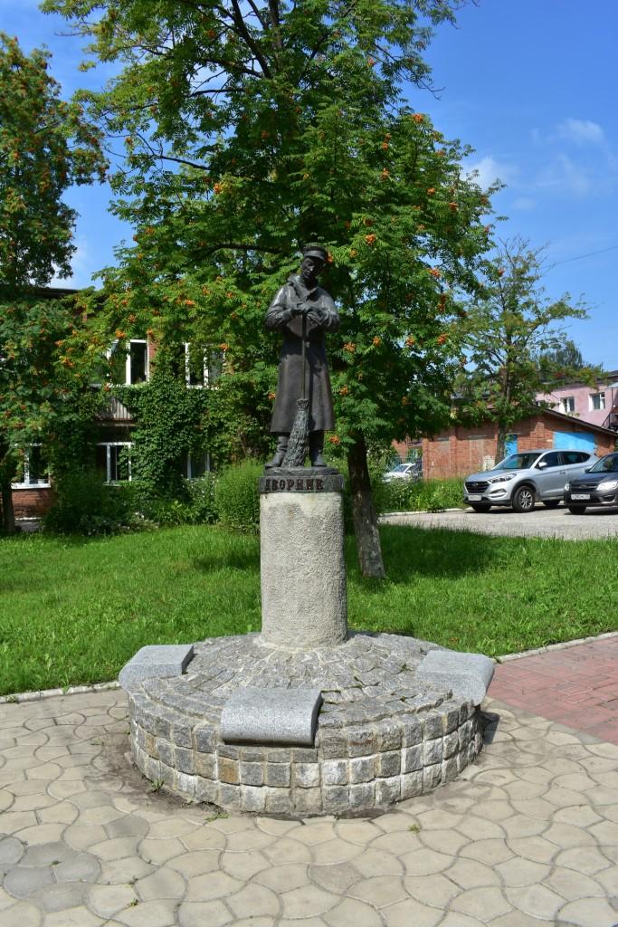 Памятник дворнику во Владимире. Скульпторы А. Пахомов и В. Торопов 02