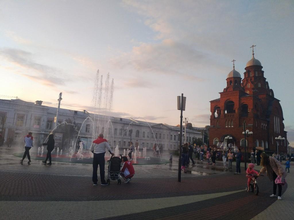 У театрального фонтана