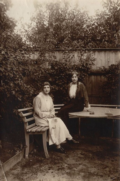 Валентина Максимовна Осипова (справа) с подругой в саду.