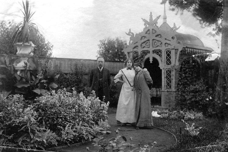 В саду усадьбы Осиповых в д. Усад. 1900–1910 гг.