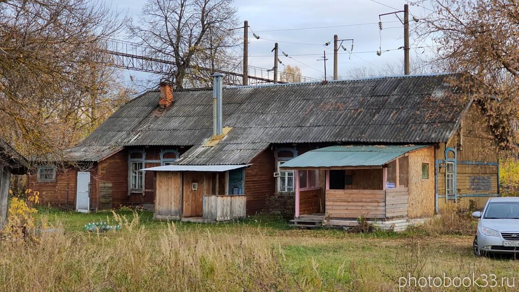 103 Старый многоквартирный деревянный дом в селе Бутылицы