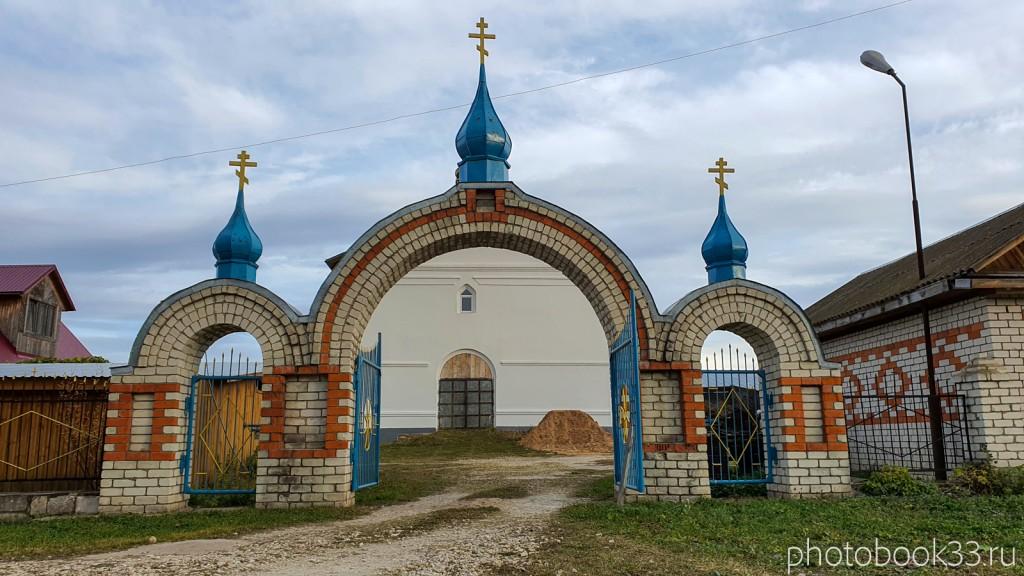 34 Новые ворота кирпичной ограды Никольской церкви в селе Бутылицы
